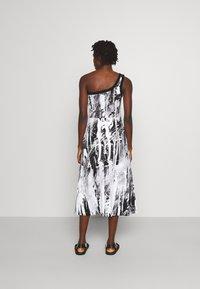 Christopher Kane - MINDSCAPE ONE SHOULDER DRESS - Vestito di maglina - black/white - 2
