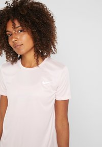 Nike Performance - MILER  - Print T-shirt - echo pink/reflective silver - 4