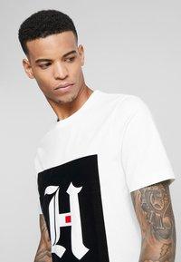 Tommy Hilfiger - LEWIS HAMILTON BOX LOGO TEE 08 - T-shirt med print - white - 3