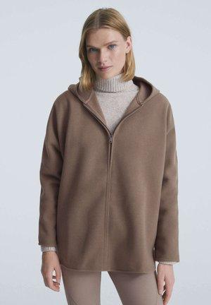 OVERSIZE AUS PLÜSCH - Zip-up sweatshirt - camel
