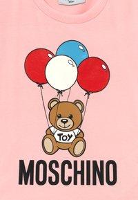 MOSCHINO - Print T-shirt - sugar rose - 3