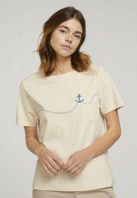 TOM TAILOR DENIM - MODERN TEE WITH ARTWORK - Camiseta estampada - soft creme beige - 0
