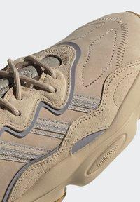 adidas Originals - OZWEEGO UNISEX - Trainers - stpanu/lbrown/solred - 8