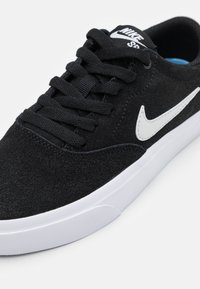 Nike SB - CHARGE UNISEX - Sneaker low - black/photon dust - 5