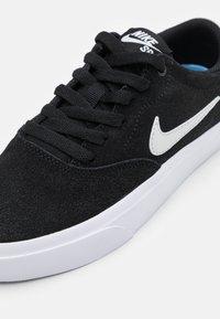 Nike SB - CHARGE UNISEX - Sneakers laag - black/photon dust - 5