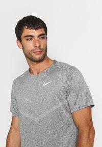 Nike Performance - RISE - T-shirts print - smoke grey/heather/reflective silver - 3