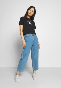 Calvin Klein Jeans - MONOGRAM MODERN STRAIGHT CROP - T-shirt con stampa - black - 1