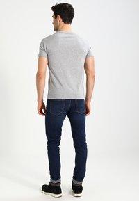 Timberland - CREW LINEAR  - T-shirt z nadrukiem - grey heather - 2