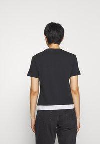 Calvin Klein Jeans - TAPE MODERN STRAIGHT TEE - Triko spotiskem - black - 2