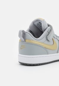 Nike Sportswear - COURT BOROUGH 2 UNISEX - Zapatillas - light smoke grey/metallic gold star/iron grey - 5