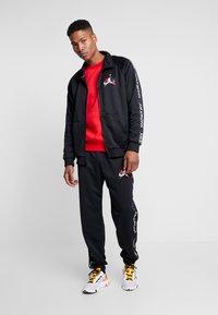 Jordan - M J JM CLSCS TRICOT WRMP PANT - Teplákové kalhoty - black/gym red/white - 1