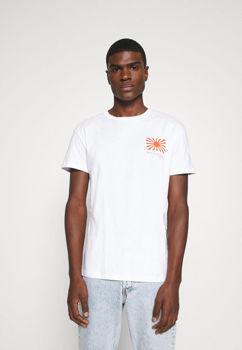 Jack & Jones - JORMAXIS TEE CREW NECK  - Print T-shirt - cloud dancer