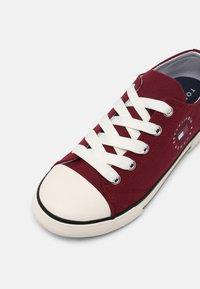Tommy Hilfiger - UNISEX - Sneakers basse - burgundy - 6