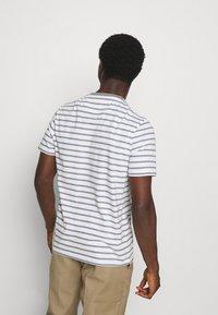 Lyle & Scott - BRETON STRIPE - T-shirt med print - mid grey marl/white - 2
