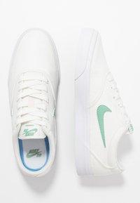 Nike SB - CHARGE - Baskets basses - sail/healing jade/white - 2