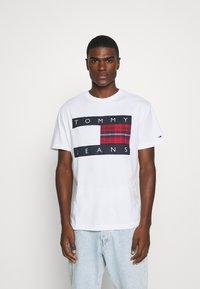 Tommy Jeans - PLAID CENTRE FLAG UNISEX - T-shirt z nadrukiem - white - 0