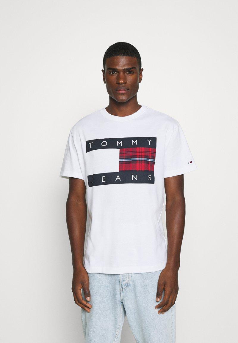 Tommy Jeans - PLAID CENTRE FLAG UNISEX - T-shirt z nadrukiem - white