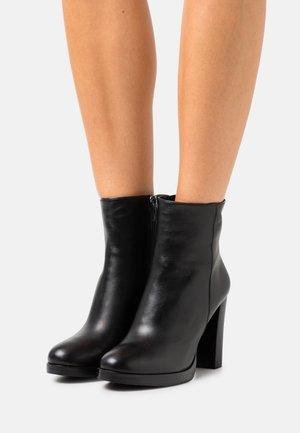 VAYA - Kotníkové boty na platformě - black