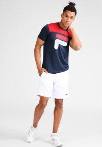 Fila - TIM  - Print T-shirt - peacoat blue/fila red - 1