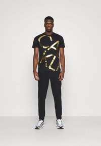 Calvin Klein - GOLD BIG - Print T-shirt - black - 1