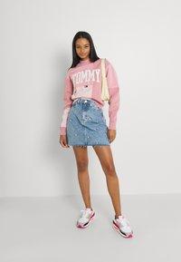 Tommy Jeans - COLLEGIATE CUT SEW CREW - Sweatshirt - pink - 1