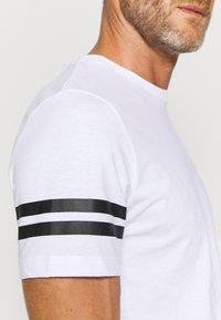 Jack & Jones Performance - JCOZDOUBLE STRIPE TEE 2 PACK - T-shirt med print - black/white - 5