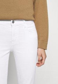 J Brand - MID RISE CROP - Jeans Skinny Fit - blanc - 3