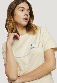 TOM TAILOR DENIM - MODERN TEE WITH ARTWORK - Camiseta estampada - soft creme beige - 3