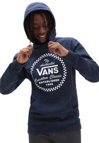 Vans - MN ATHLETIC PO - Sweatshirt - dress blues - 0