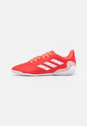 COPA SENSE.4 IN UNISEX - Chaussures de foot en salle - red/footwear white/solar red