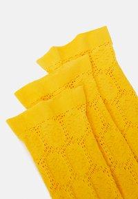 FALKE - BERRY TRIM - Socks - sun ray - 2