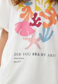 PULL&BEAR - MIT BUNTEM ALGENMOTIV UND RUNDAUSSCHNITT. - Print T-shirt - off-white - 4