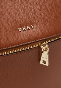 DKNY - BRYANT PARK TOTE LOGO WITH TRIM - Rucksack - caramel - 4