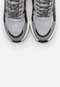 Steve Madden - FORREST - Sneakersy niskie - grey - 4