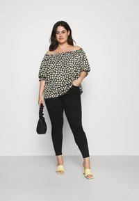 CAPSULE by Simply Be - OFF THE SHOULDER DAISY - Print T-shirt - black - 1