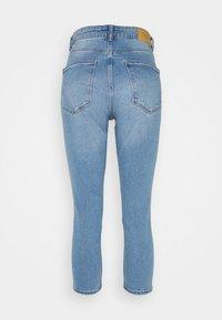 Vero Moda Petite - VMJOANA MOM - Džíny Straight Fit - light blue denim - 1