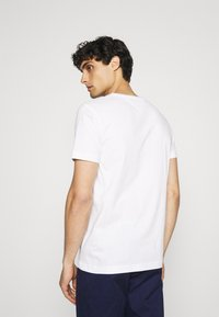 Tommy Hilfiger - CIRCLE CHEST TEE - T-shirt med print - white - 2