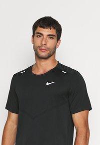 Nike Performance - RISE - Printtipaita - black - 3