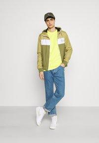 Lyle & Scott - PLAIN - T-shirt - bas - buttercup yellow - 1