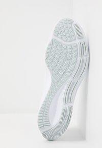 Nike Performance - AIR ZOOM PEGASUS 37 - Juoksukenkä/neutraalit - white/metallic silver/aura - 4