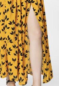 Apart - PRINTED DRESS - Robe longue - yellow/black - 4