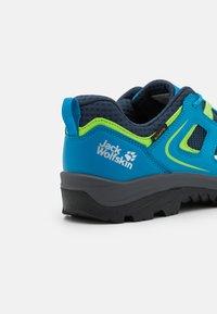 Jack Wolfskin - VOJO TEXAPORE LOW UNISEX - Trekingové boty - blue/green - 5