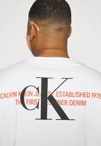 Calvin Klein Jeans Plus - URBAN GRAPHIC - Triko spotiskem - bright white - 3