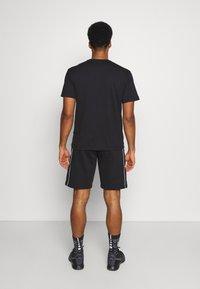 Champion - BERMUDA - Pantaloncini sportivi - black/white - 2