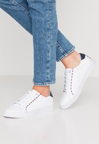 Tommy Hilfiger - CORPORATE DETAIL  - Trainers - white - 0