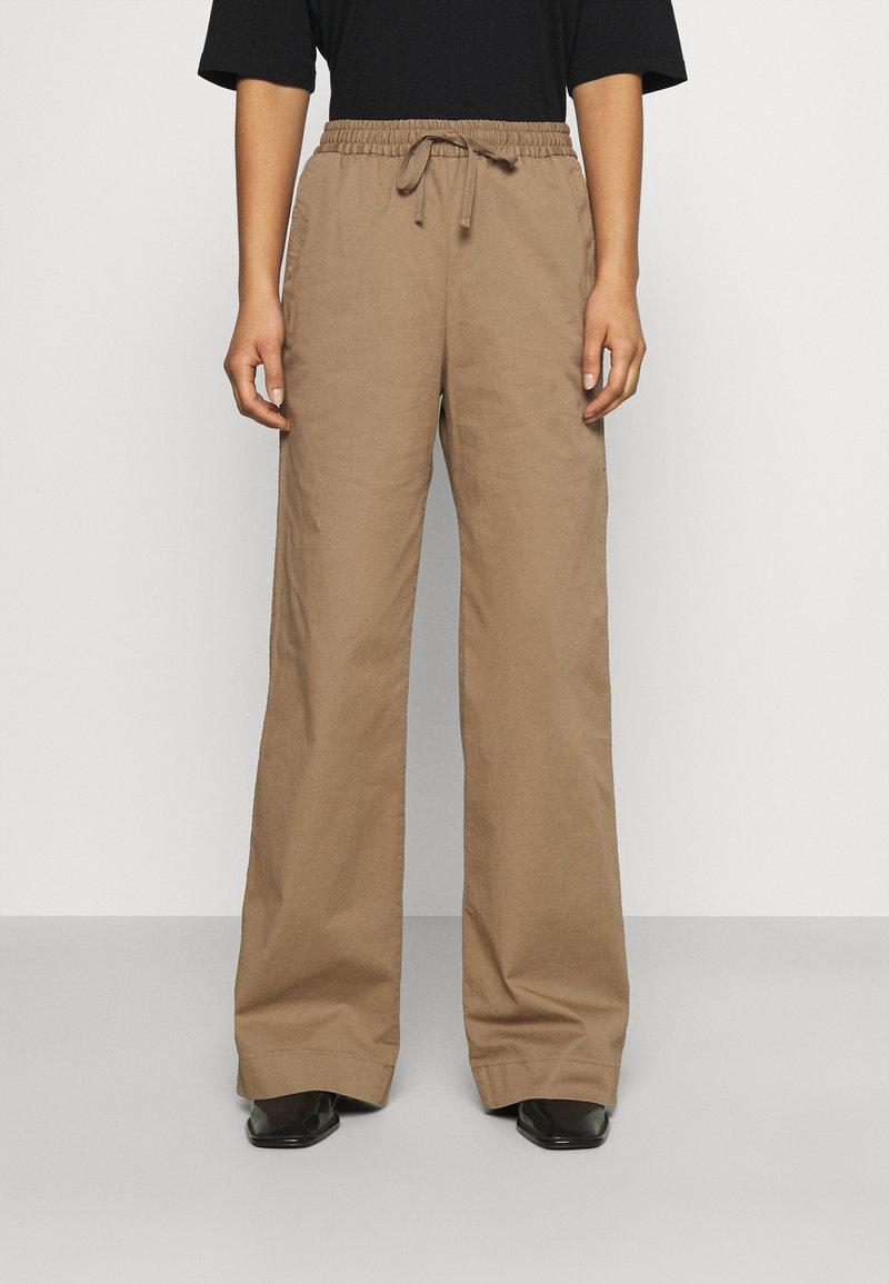 Filippa K - GILLIAN TROUSER - Trousers - muddy brow