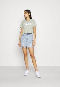 Levi's® - CROPPED JORDIE TEE - T-shirt imprimé - desert sage - 1