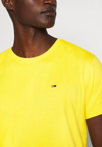 Tommy Jeans - ESSENTIAL SOLID TEE - Basic T-shirt - star fruit yellow - 4