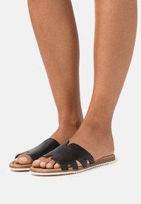 s.Oliver - SLIDES - Pantofle - black - 0