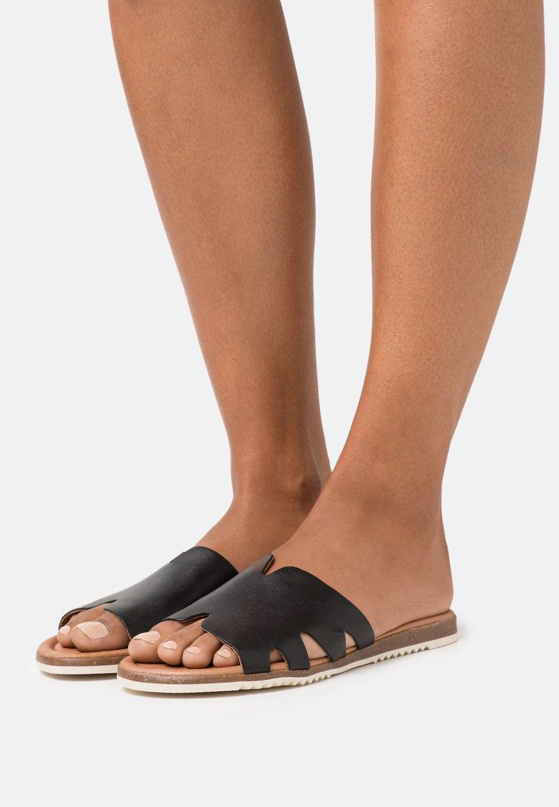 s.Oliver - SLIDES - Pantofle - black